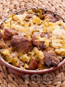 Вкусно печено свинско месо от плешка с кисело зеле в тава на фурна - снимка на рецептата